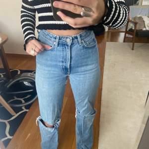 Säljer mina Weekday jeans i modellen Row som jag klippt hål på knäna. Storlek 24/32 men har töjt ut dom så dom kanske är 26 i midjan nu (motsvarar storlek 34/36). Buda💕💕