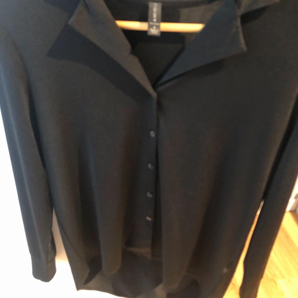 Svart skjorta/blus från usa. Köpt från märket amisu. Och är i en storlek s. Aldrig använd. Skjortor.