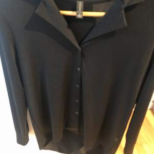 Svart skjorta/blus från usa. Köpt från märket amisu. Och är i en storlek s. Aldrig använd