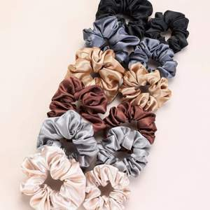 Säljas nya scrunchies.   Storlek: one size Material: satin Pris: 10kr/st  Om man köper 5 eller mer så bjuder jag på frakten.   Skickas med post (då köparen står för frakt) eller kan mötas upp i Sthlm📦📤  Kan skicka fler bilder vid intresse! 🦋   #nya