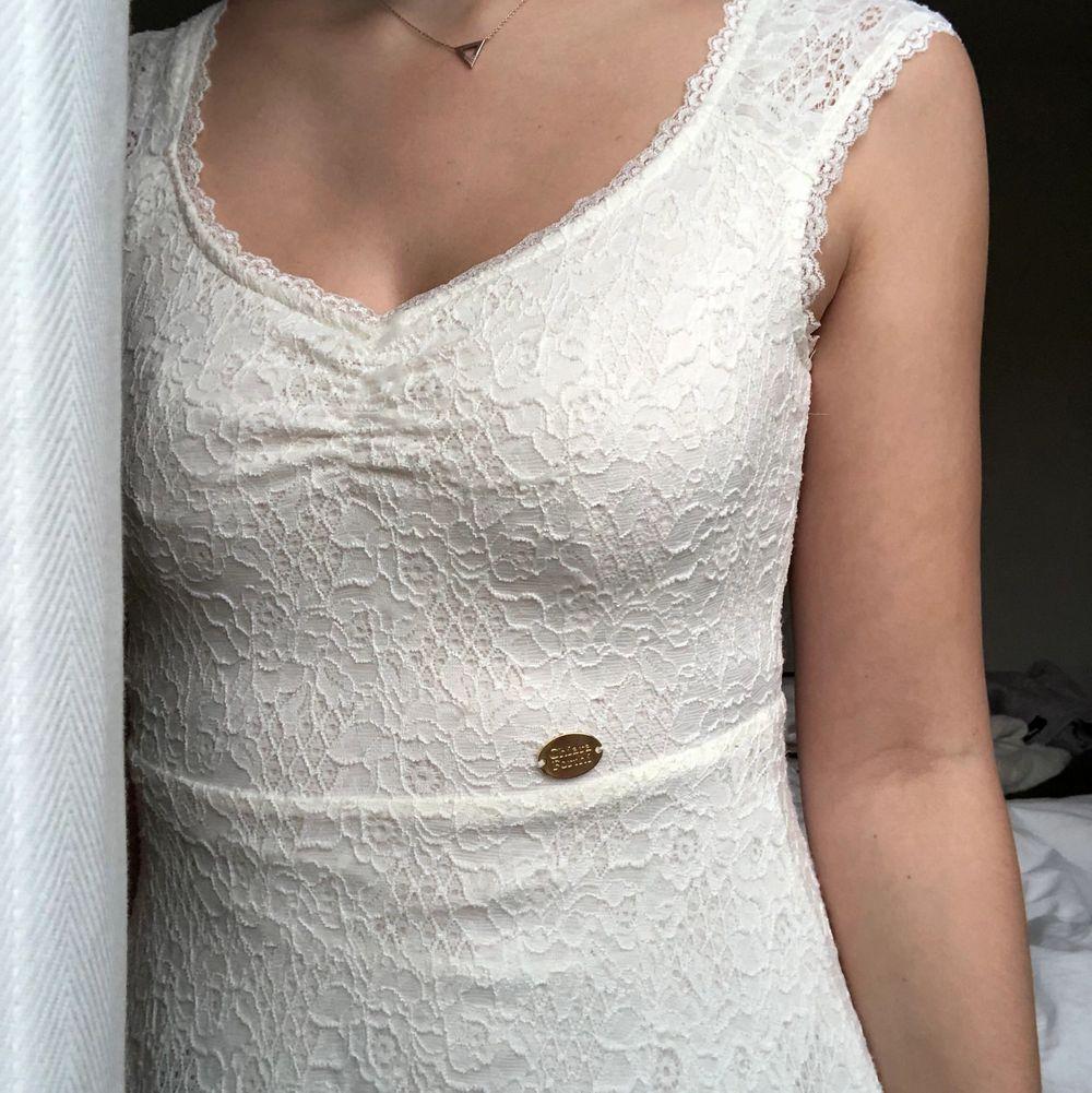 Säljer min klänning som jag hade på min student! I fint skick! Passar till student, skolavslutning eller till vardags! Är superskön 🤍. Klänningar.