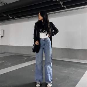 Jeans från Monki i superbra skick. Är förstora för mig men dom är lite baggy/loose raka! Supersköna! (Första bilden är lånad)