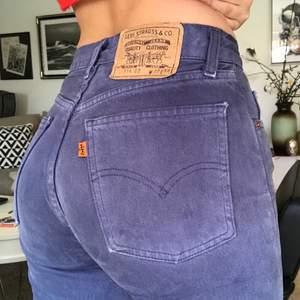 ett par skitsnygga och trendiga levis jeans. TRO MIG jeans i färger kommer vara the shit denna våren så sjukt snyggt. Dessa är W27 L34 så dem är asnajs i längden och går hela vägen ner på mig som är typ 173. Dem sitter TAJT på mig vid sjärten som är W27/W28. Så dem passar nog allt från W24 och upp till W28 beroende på hur man vill att dem ska sitta🤠 Jag ska iväg på en resa nu i två månader så vi får se hur de går med frakt osv om ni inte köper direkt för 700kr💕💕 Köpta vintage! LÅGMIDJADE