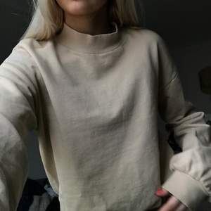 Beige snygg sweater. Finns inte mycket att säga om den här förutom att den är en skön, snygg tröja.😁😁