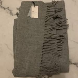 Jättefin halsduk/sjal i en grå nyans, beställde från Nelly men råkade köpa dubbla, denna är helt ny med prislapp kvar. Superskönt material!!! Nypris 179kr! Köpte står för frakt, 100kr + frakt :)