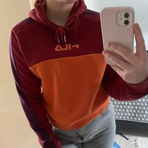 Cool hoodie i olika färger, orange, röd och lila från FILA, använd få ggr, köpt på madlady