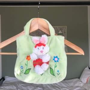 VÄRLDENS sötaste mini fluffig väska. Perfekt för våren och påsk 💚💚 Den är i bra skick. Hör av för frågor/ intresse. Budgivning är även privat 😁😁