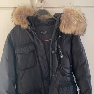Vinterjacka med äkta päls från Hollies. Köpare står för frakt!