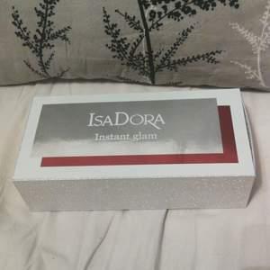 Även denna är en present som bara ligger och dammar.. Boxen innehåller 1 mascara, 1 eyeliner och ett lippgloss. Alla produkter är nya med plasten kvar och man får även en fin necessär till! 💗