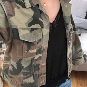 Kamouflage jacka från Gina tricot, lite kortare i modellen därför köpte jag en M så den blir lite mer overzized👌🏼 skriv för fler bilder!