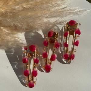 Nu finns RESTOCK på 🌹✨ Rosé Gold✨🌹   Handgjord hårspännen av epoxy resin med rosé blad och guld folie.     Pris: 1 för 35kr 2 för 65
