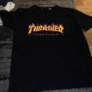 Säljer denna trasher tshirt för rätt så billigt orginalet är för 500 men säljer den för ungerfär 100. Liten sliten men inget annat fel på