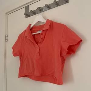 en aprikos/orange/röd tröja med knappar, som jag croppat själv💞 i bra skick🌸