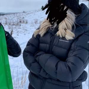 Säljer denna peak performance jacka som är köpt förra vintern i storlek M. Den är i bra skick förutom att den har en lagning långt upp på ryggen men de syns knappt nått. Säljer för 1250 ( nypris 4000 )