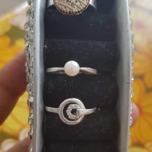 2st sötta silver ring. Äkta silver. Storlek 16.5mm . Fint skick. Går bra köpa ett. Båda 260kr plus frak.  Filmar när jag postar för säkerhets skull.