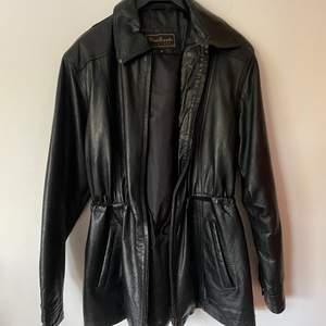 Skinnjacka från Woodlands leather i strl M. jackan är mjuk, sitter löst och har dragsko i midjan.