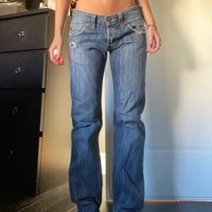 Så snygga och perfekta jeans från Lee, hittar ej storlek men skulle uppskatta till en M! Snygga, raka, lågmidjade och långa! Blir oversize på mig med xs. 600kr