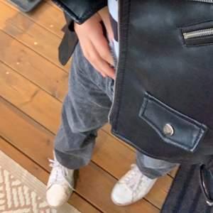 Säljer dessa jättefina grå jeans st 34 tror jag passar folk med längd mellan 160-165