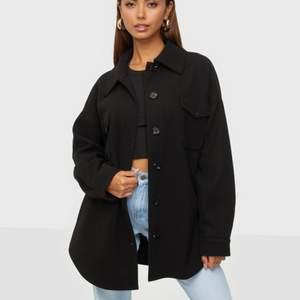 Säljer den populära jackan från Nelly, my dearest shacket. Den är i nyskick och helt perfekt till hösten. Säljer pga att jag har en liknande. Nypris 699. Stl 36. Kan skicka fler bilder.