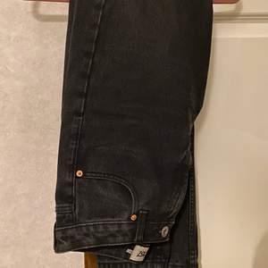 Svarta Mom jeans från Lager 157. Är i storlek S. Dessa är använda ett fåtal gånger och därmed i mycket gott skick. Kontakta mig vid frågor eller intresse. Köparen står för frakt.🤍