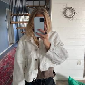 Skitball oversize Manchester jacka som är lite croppad⚡️ Knappt använd därav i väldigt bra skick! En slutsåld modell från Zara i storlek M/38. Säljer för 200 kr exklusive frakt, skriv vid intresse☺️⚡️