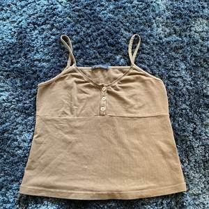 ❤️❤️säljer dett jättesöta linne från brandy🌟 jättefin brun färg🍂😮💨 men det kommer tyvärr inte till användning😓💗💗 modellen heter tiffany tank har jag för mig😽💗