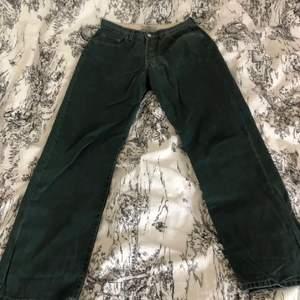 mörkgröna baggy levis jeans, vintage skick utan defekter. Passar en 38/M och jag är 173, de slutar lite över marken på mig. Kan skicka exakta mått om det önskas!