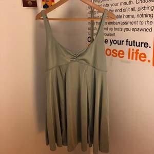 Ljusgrön känning i slipover-material, köpt på Urban Outfitters :)