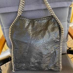 INTRESSEKOLL på denna superfina svarta väskan med silverdetaljer. Superbra skick!! Passar perfekt till alla outfits! 💘