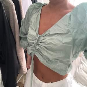 Säljer nu den finaste toppen i en perfekt pastellgrön färg ifrån MANGO!! Helt oanvänd med prislappen kvar, och är SÅ fin till sommaren med ett par vita fräscha byxor 🦋🌾💗