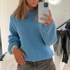 Superfin blå stickad tröja, säljer då den inte kommer till användning, köpt för 400kr💕