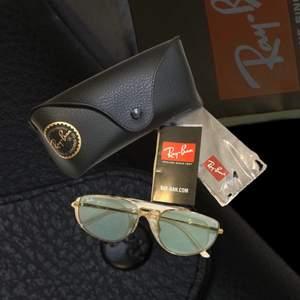 🔸 Märke: Ray-Ban                                                             🔸 Typ: RB 3668 001/Q5                                               🔸 Material: Metall                                                           🔸 Färg: Ljust tonat gröngrått glas/guld                                                                            🔸 Skick: Oanvända, nyligen köpta                                                         🔸 Övrigt: Nypris ca 1400 kr