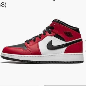Funderar på och sälja mina Jordan 1 mids Chicago black toe i strl 36, vid bra pris, hör av dig vid fler frågor ❤️ (OBS kom med egna bud, skorna säljs inte för 500kr)