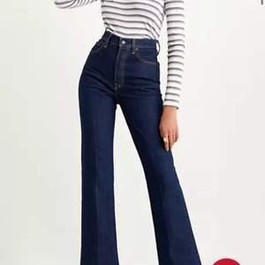 levis jeans använda 2 ggr, levis ribcage bootcut i färgen highkey. köpta för 1200! strl 27 x 31