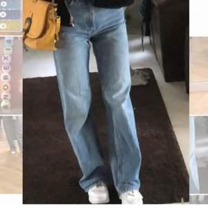 Säljer mina favorit jeans från monki!! De är wide/straight leg och passar någon runt 160cm❤️  köparen står för frakten och kom privat om ni har frågor eller är intresserade⭐️⭐️ Köptes för 400kr, och inte mina bilder förresten men de sitter exakt så som på bilderna <33