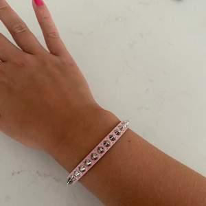 Populärt armband med nitar ifrån edblad, rosa och silver. Knäpps med magnet. I nyskick och aldrig använd. Nypris 399. Pris 250kr + frakt