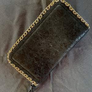 Superfin plånbok som är lite större med många fack. Näst intill nyskick!