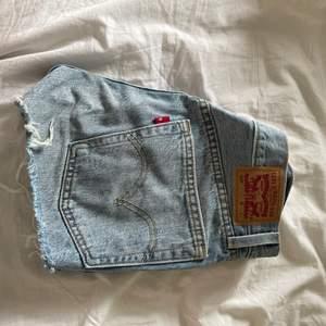 Säljer dessa levis 501 shorts. Hittar tyvärr inte vilken storlek det är och minns inte då de är köpa för ett tag sedan, men passar mig som brukar ha W24-25