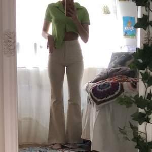 Finaste och och skönaste byxorna ifrån monki! Krämvit färg ungefär och sitter så bra på! Har en slits längst ner vid kanterna som är en sån fin detalj🤩 älskar dessa verkligen men måste tyvärr sälja då jag behöver plats i garderoben:(