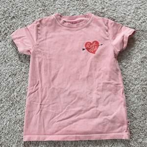 Jätte fin rosa tröja som har använts 2 gånger. Lite tjockare. Köparen står för frakten 💕👍