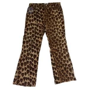 Unika vintage moschino jeans med leopardmönster i hjärtform, storlek 28 och passar storlek 36/s, utsvängda ben och midwaist😍