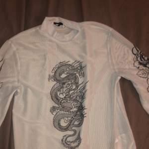 Jag säljer denna tröjan den har varit till användning ändats fyra gånger och den är genomskinlig med mönster på bröstet och på armarna
