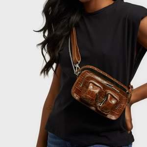 Helt ny väska från NuNoo i brunt krokodil mönster. Nyskick. Tillkommer både kedja och skinn strap till väskan. Rymlig för telefon, plånbok och mindre saker. Buda i kommentarerna💓 Ny pris 1300kr
