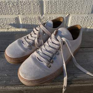 Sneakers i mockaimitation, oanvända. Frakt tillkommer ✨ priset är förhandlingsbart.
