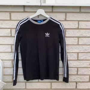 Adidas tröja, blivit missfärgad vid halsen annars fint skick! Storlek s ⚡️ frakt 66kr