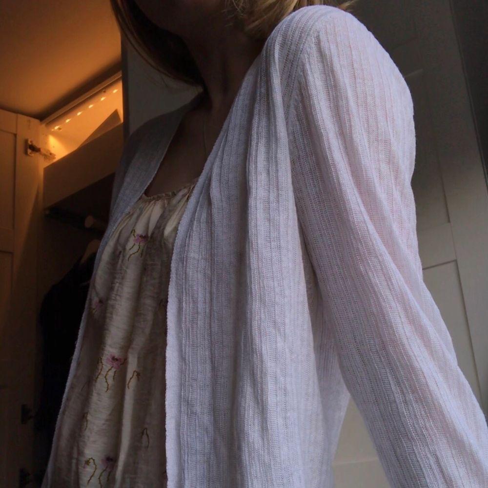 Säljer min jättesöta linnekofta i 100 % linnen från Tahari. Perfekt till sommaren. Endast använd ett fåtal gånger. Nypris 800. Huvtröjor & Träningströjor.