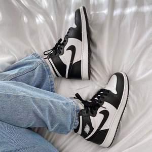 Customized Nike's i storlek 39, inspirerade av Nike Jordan's. Så snygga nu till våren med jeans (första bilden är lånad från Pinterest) 😍 De är äkta Nike's i modellen Court Borough Mid 🖤 Färgen är permanent och vattenresistent. Följ gärna min Instagram @elsacustoms 🖤