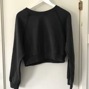 Grå sweatshirt i croppad modell, riktigt mjuk!