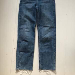 Raka, breda jeans från H&M, Divided. Högre i midjan. I superfin blå tvätt. Sparsamt använda.