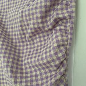Tajt kjol jag klippt isär av en klänning, lite veckade detaljer på ena sidan. Varken klänningen eller kjolen använd. 50+frakt och kan skicka postbevis!😇 Pris diskuterbart.